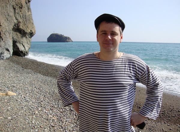 Пляж на фоне моря в тельняшке и кепке: Фиолент, Севастополь, Крым.