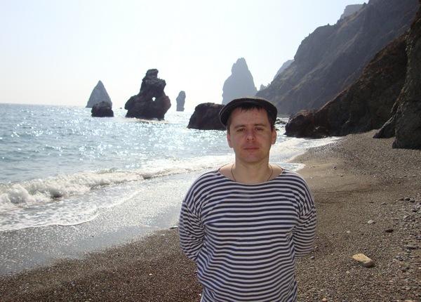 На пляже с видом на скалы: Фиолент, Севастополь, Крым.