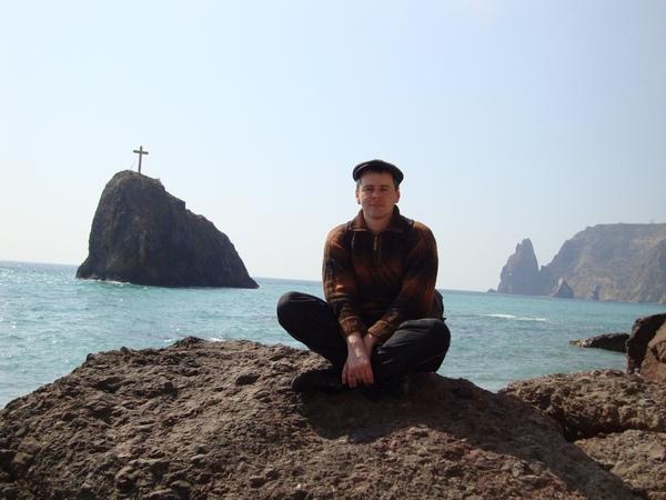 На пляже с видом остров с крестом: Фиолент, Севастополь, Крым.