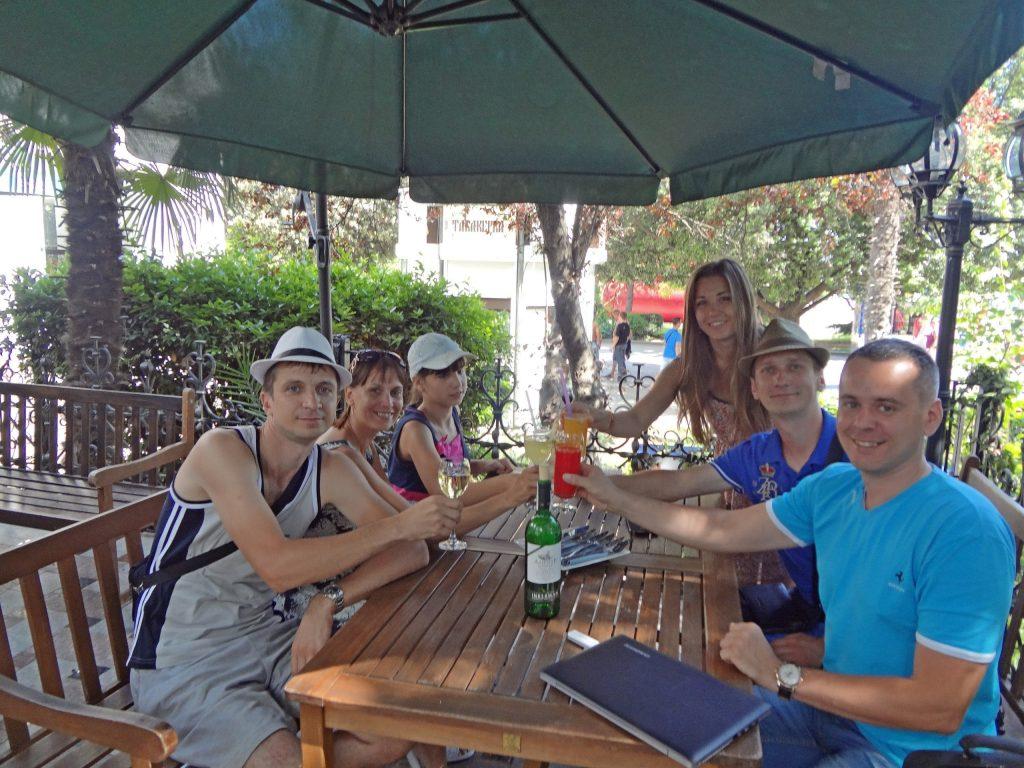 Сергей Довбыш с семьёй, Александр Коцеруба с женой, Александр Новиков. Ялта, кафе у набережной, празднуем окончание живого 2 недельного тренинга который только провели.